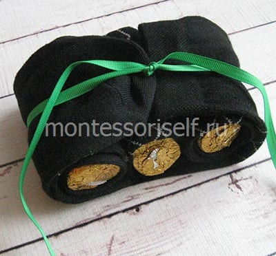 Перевязываем края носка лентой