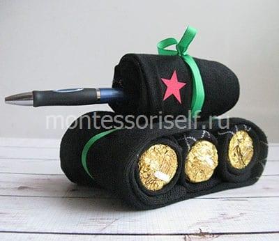 Танк из носков и конфет в подарок на 23 февраля