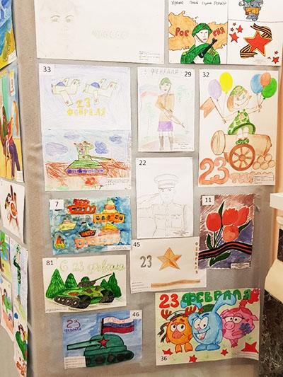 Праздничный стенд с рисунками на 23 февраля