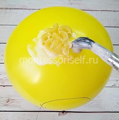 Обклеиваем шарик макаронами