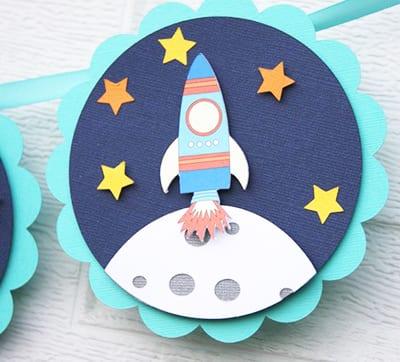 Открытка на День Космонавтики с луной и ракетой
