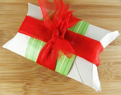 Перевязываем декоративной бумагой и ленточкой