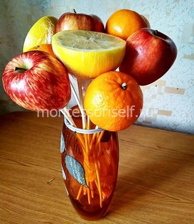 Ставим пока фрукты в вазу