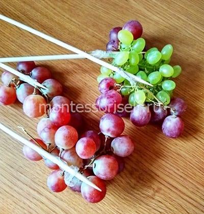 Приматываем к шпажкам виноград
