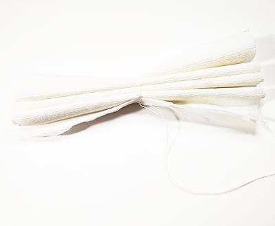 Складываем квадраты гармошкой и перетягиваем ниткой