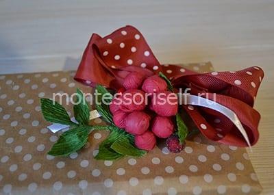 Фиксируем ягодки из конфет