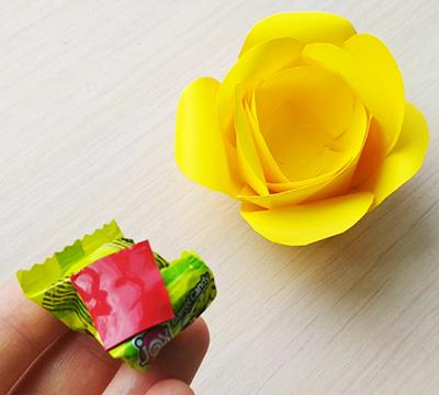 Наклеиваем на конфету скотч