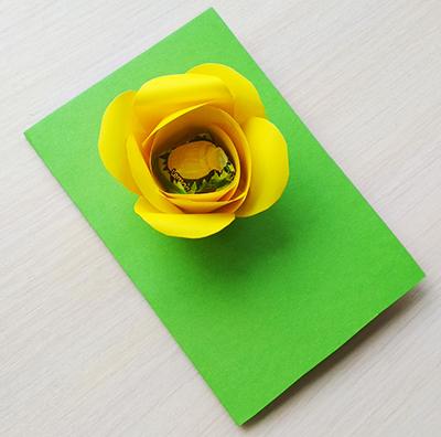 Приклеиваем цветок к основе