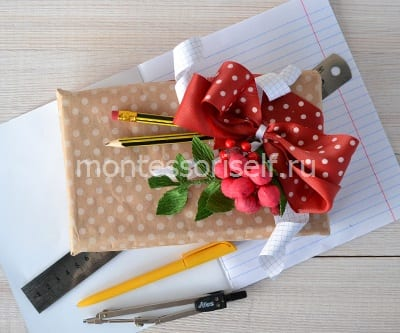 Дополняем букет атрибутами праздника и подарками