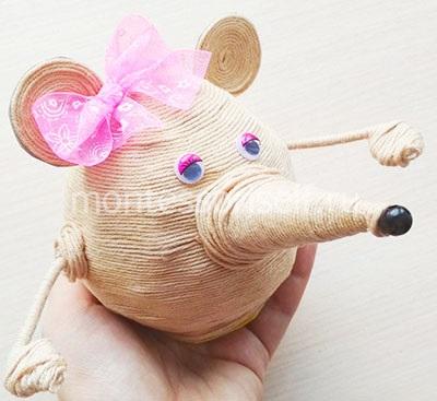 Символ 2020 года мышь из шарика и ниток