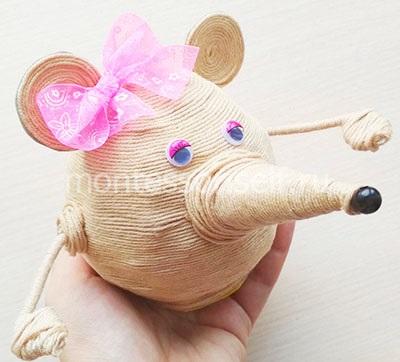 Мышь из шарика, бумаги и ниток