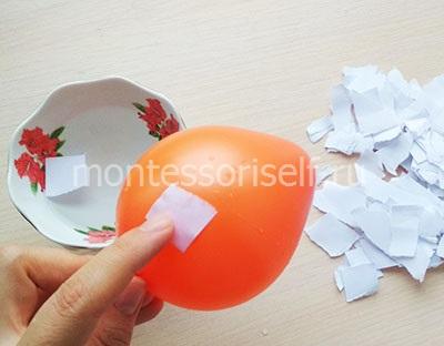 Смачиваем бумагу в воде и приклеиваем к шарику
