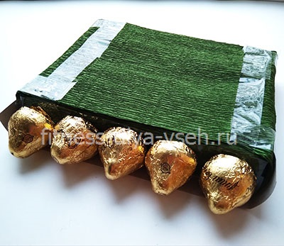 Приклеиваем по краям конфеты