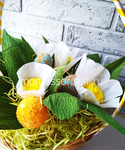 Пасхальная корзинка с яйцами и цветами 6