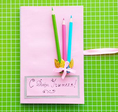 Приклеиваем карандаши с листьями и бантом