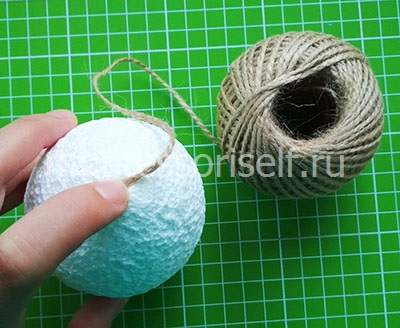 Накручиваем нить на шарик из пенопласта