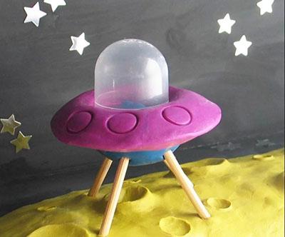Летающая тарелка из пластикового яичка: поделка на День Космонавтики своими руками