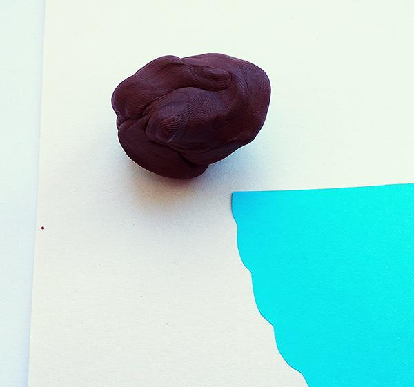 Голубой полукруг и коричневый пластилин