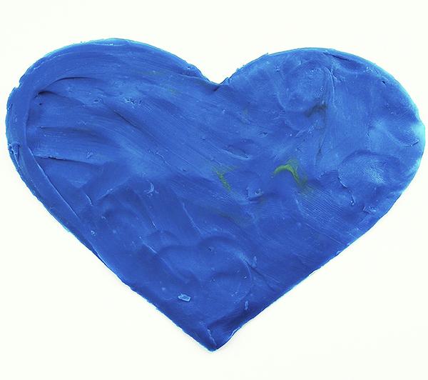 Размазываем синий пластилин